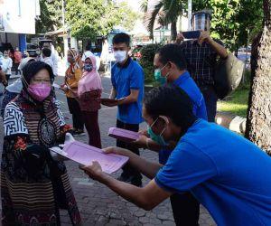 Wali Kota Risma Beri Bantuan Cleaning Service Rumah Sakit di Surabaya