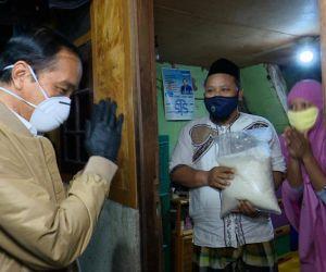 Presiden Blusukan Bagikan Sembako dan Paket Obat untuk Masyarakat