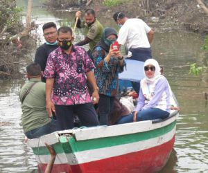 Kunjungi Desa Terpencil di Sidoarjo, Perahu Istri BHS Sempat Kandas